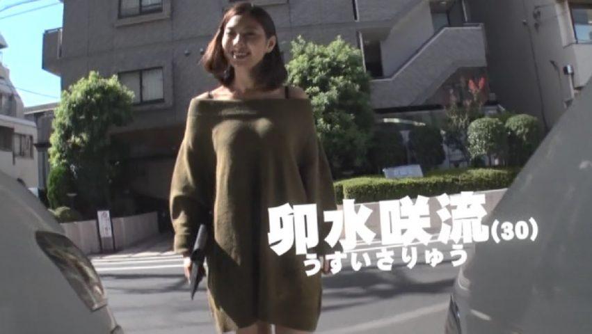 屋外のAV撮影現場に到着したクラリオンガールの森山綾乃似の卯水咲流 AVデビュー