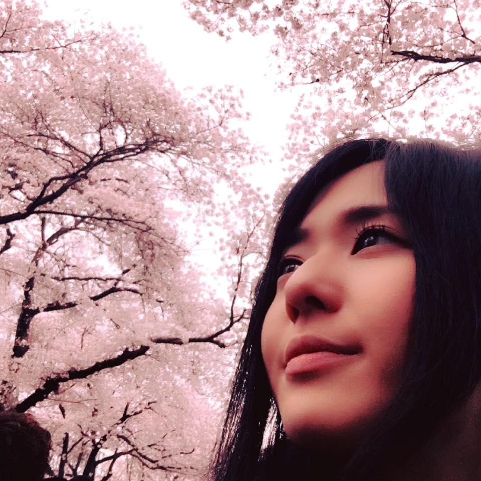 桜を見上げるAV女優の蒼井そら