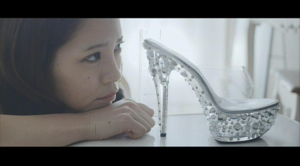 美しい靴を眺めるキャバ嬢を演じる坂口杏里