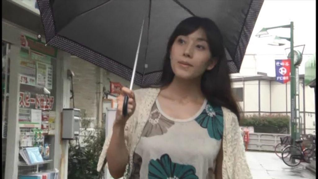 嘉門洋子 日傘をさしながら外出するシーン