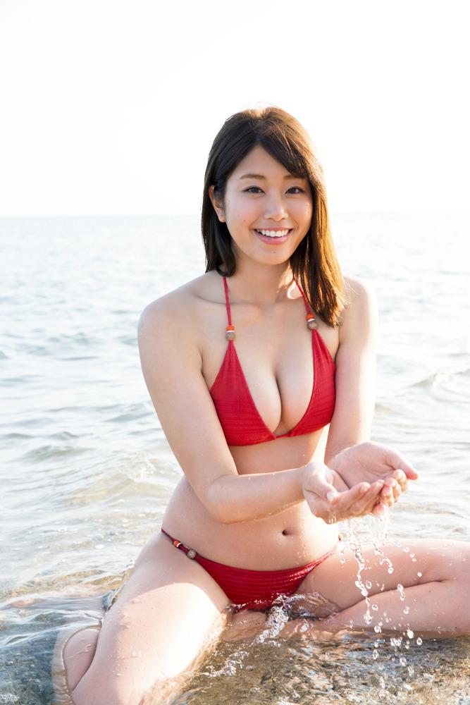 ビーチで水遊びする稲村亜美