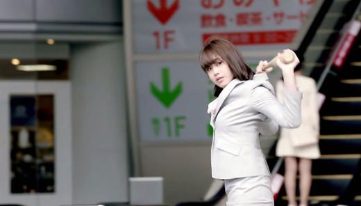 稲村亜美 神スイング OLスーツ姿でバットをたずさえ登場