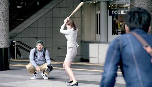 稲村亜美 神スイング スカートがはち切れそう