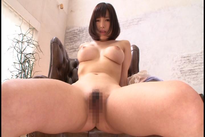 カメラの前で開脚して恥ずかしがる 夢川エマ