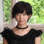 黒いシックなドレス姿で牙狼のマユリを演じる 石橋菜津美
